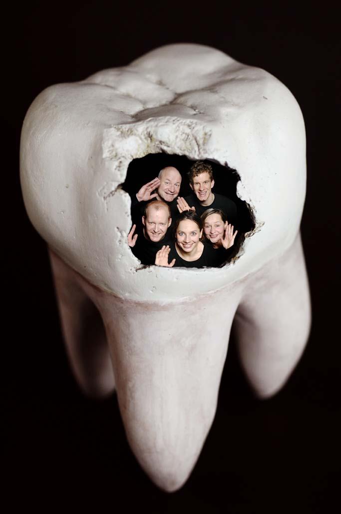 Fünf im Zahn: Im Schauspiel »Der Goldene Drache« schafft ein löcheriger Zahn verblüffende Verbindungen zwischen den Bewohnern eines Hauses.