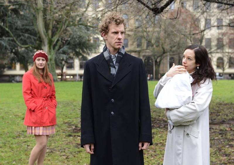 Mit seiner Frau Käthe (Judith Lilly Raab) hat Johannes Vockerat (Sebastian Weiss) ein Kind bekommen. Doch als die Kluge Anna (Luise Schubert) in sein Leben tritt, Steht er zwischen zwei Frauen.Foto: Fotostudio M42