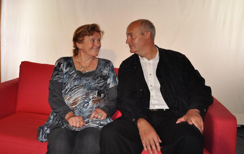 Romantisches Paar auf dem Harry & Sally Sofa