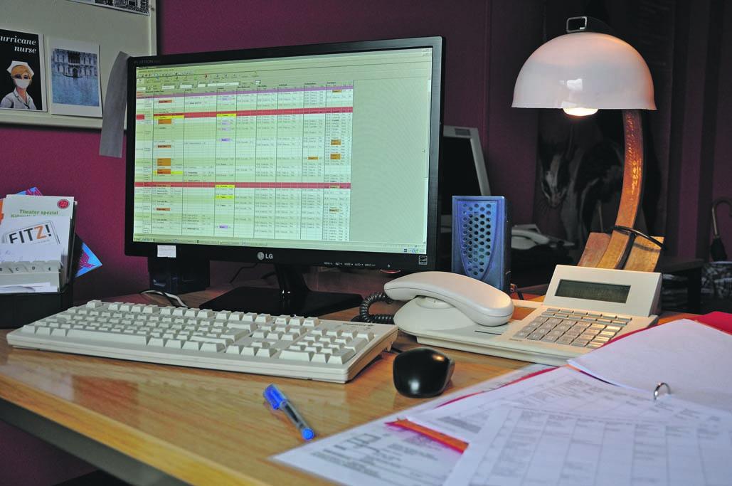 Hier wird geplant: Der Arbeitsplatz  unserer Chefdisponentin Vera Högemann Foto: Antjé Femfert
