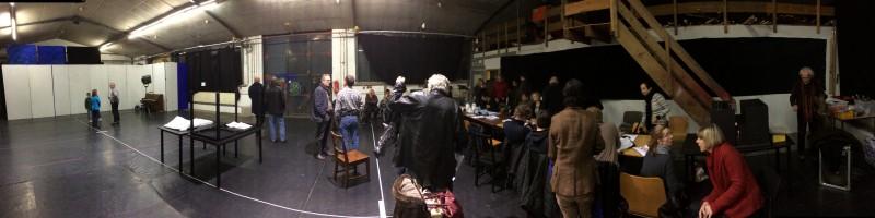 """So viele Kollegen aus dem Theater kommen für die Konzeptionsprobe für """"Das Fest"""" auf der Probebühne zusammen"""