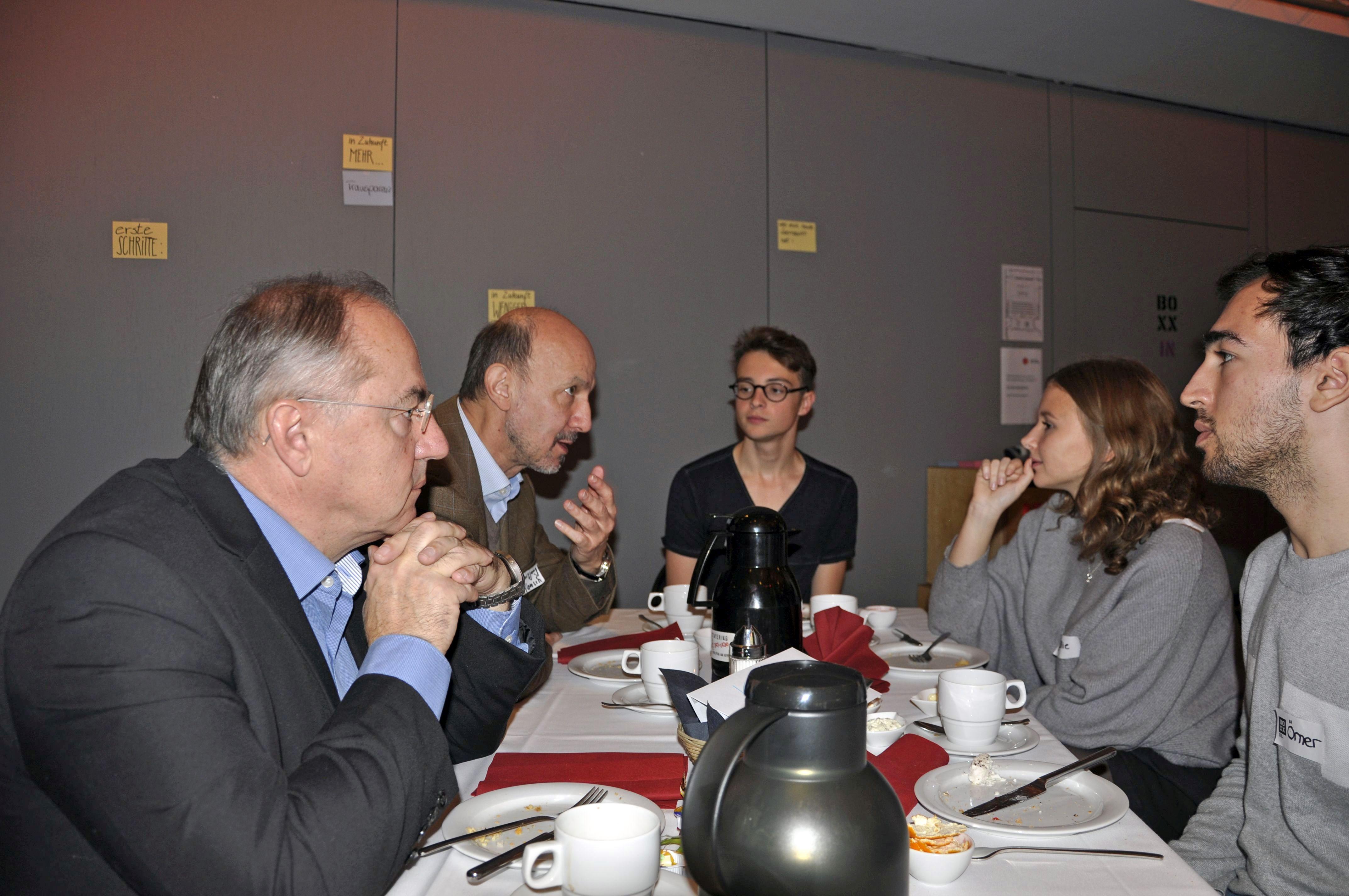 Josip Juratovic (Mitglied des Bundestages) und Dr. Wolfgang Hansch (experimenta) im Gespräch
